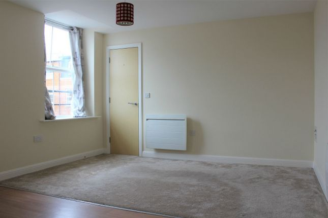 2 bed flat to rent in Crescent Way, Taunton