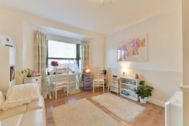 1 bed flat for sale in Woodlands Court, Woodlands Road, Redhill