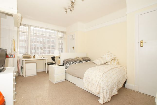 Studio to rent in Balham High Road, Balham
