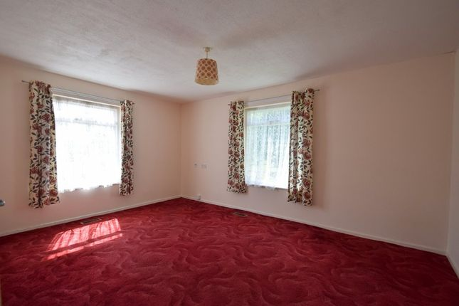 Thumbnail Flat for sale in Hawthorn Close, Bury St. Edmunds