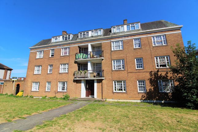 3 bed flat to rent in Oak House, Baker Street, Enfield Town EN1
