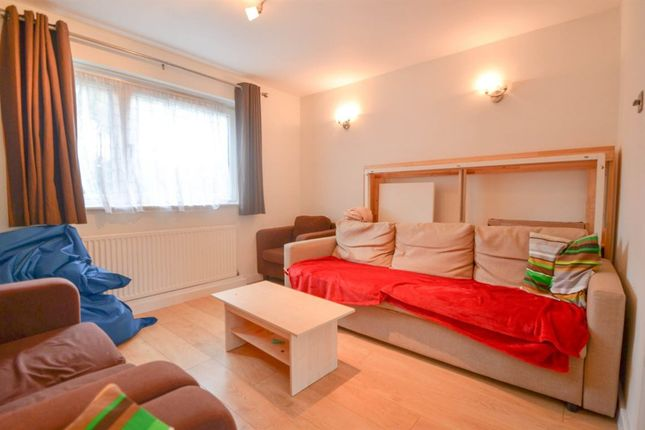 3 bed flat to rent in Beaumont Square, London