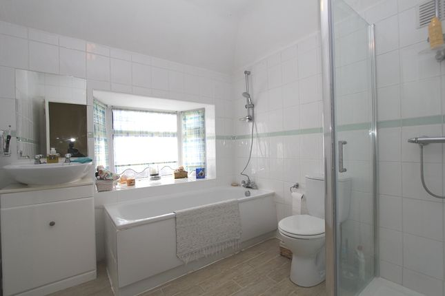 Family Bathroom of Hillside Gardens, Edgware, Greater London. HA8