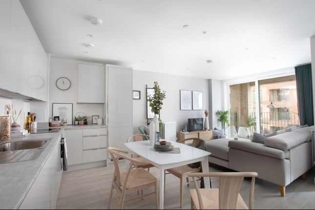 1 bedroom flat for sale in Lismore Boulevard, London