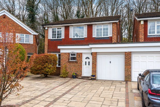 4 bed property to rent in Stables End, Orpington BR6