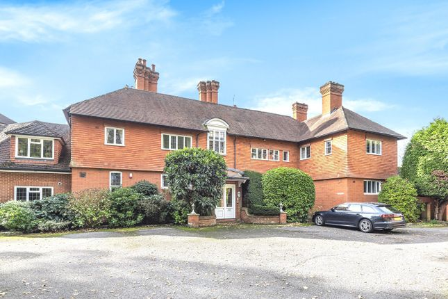 Thumbnail Flat for sale in Leigh Corner, Cobham
