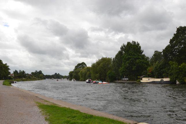 River Thames of Sunbury Lane, Walton-On-Thames KT12