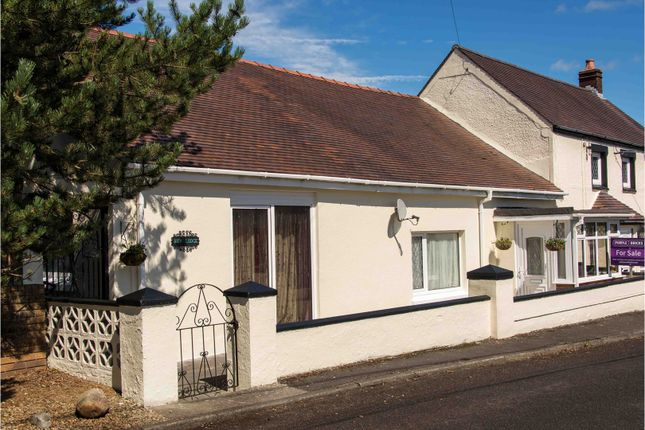 Thumbnail Bungalow to rent in Heol Y Capel, Foelgastell