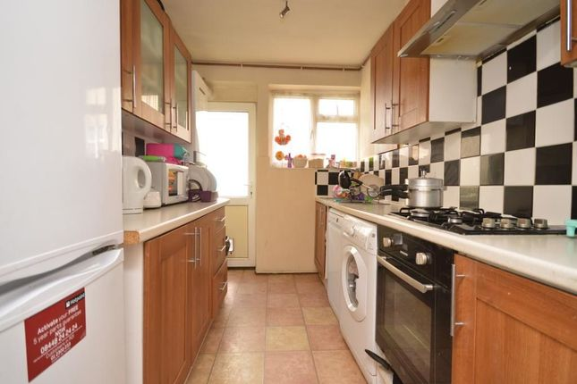Thumbnail Flat to rent in Coniston Way, Chessington