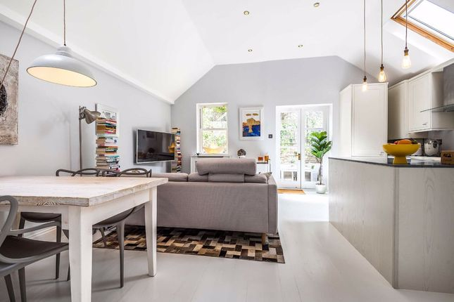 2 bed flat for sale in Munster Road, Fulham, London SW6