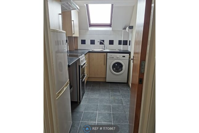2 bed flat to rent in Windrush Court, High Wycombe HP13