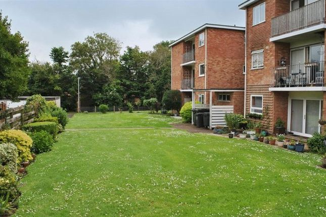 Thumbnail Flat to rent in 2 Double Bedroomed Flat, Wiltshire Close, Taunton