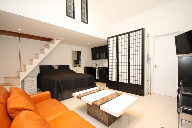 Thumbnail Flat to rent in Pond Road, Hook Heath, Woking
