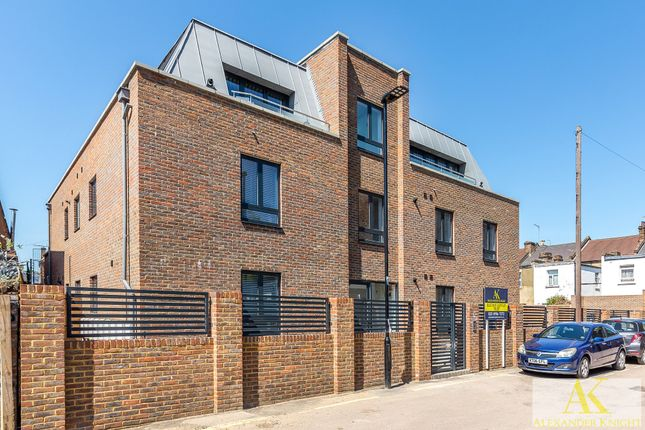 Thumbnail Flat to rent in Colina Mews, London