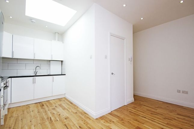 Flat to rent in High Street, London