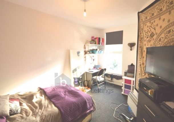 Thumbnail Flat to rent in 5B Chestnut Avenue, Hyde Park, Four Bed, Leeds