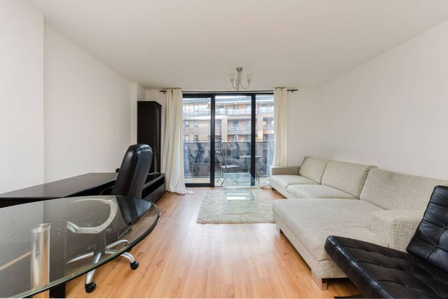 2 bed flat to rent in Fairmont House, Canada Water