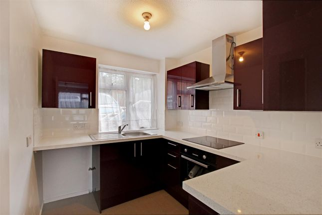 2 bed flat to rent in Grove Road, Burgess Hill