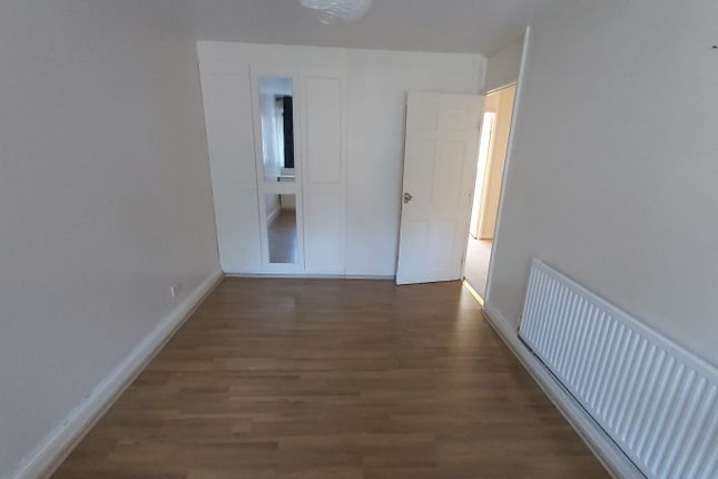 3 bed flat to rent in Navestock Crescent, Woodford Green IG8