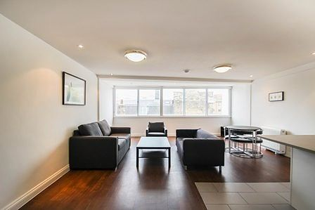 Thumbnail Flat to rent in Radcliffe Court, Rose Crescent, Cambridge