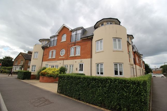 2 bed flat to rent in Station Road, Egham