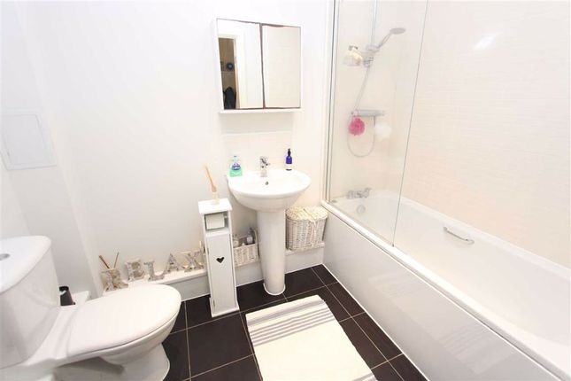 Bathroom of Shingly Place, North Chingford, London E4