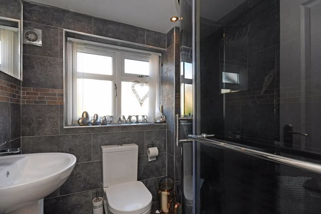En-Suite of Cross House Road, Grenoside, Sheffield S35