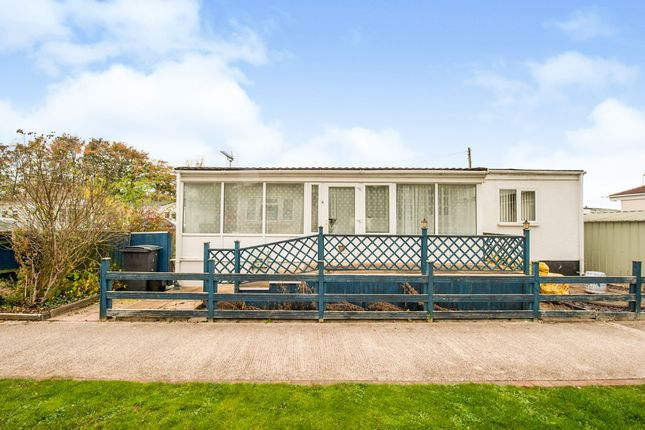 Thumbnail Mobile/park home for sale in Ferrers Way, St. Johns Priory, Lechlade