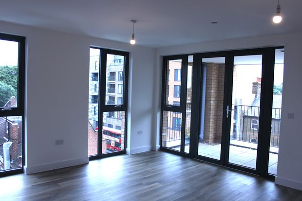 2 bed flat for sale in High Street, Sutton