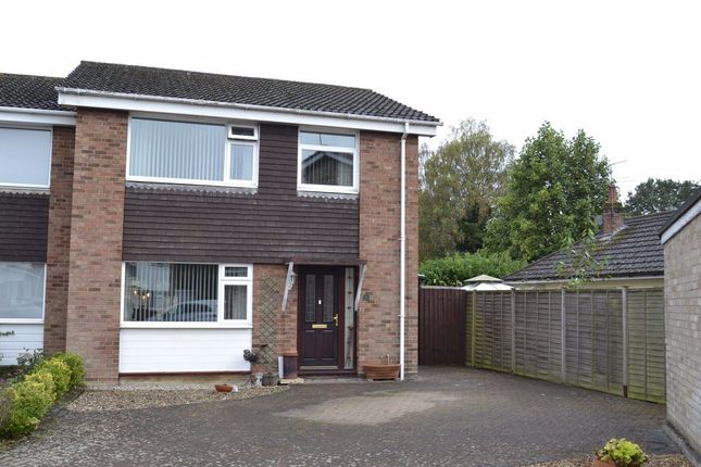 3 bed property to rent in Vale Close, Colchester CO4