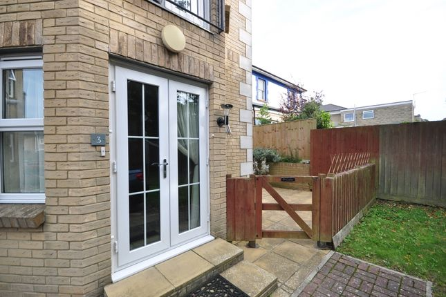 Thumbnail 2 bed flat to rent in Broadway, Sandown