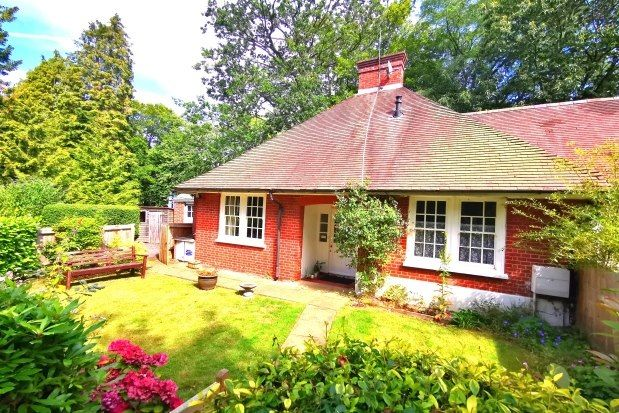 Thumbnail Bungalow to rent in Victoria Hill Road, Fleet