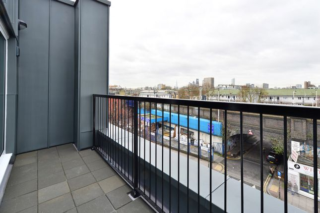 Thumbnail Flat to rent in 18 Pearl House, 60 Millennium Place, Bethnal Green, London