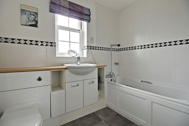 Family Bathroom of Otterbourne Walk, Sherfield-On-Loddon, Hook RG27