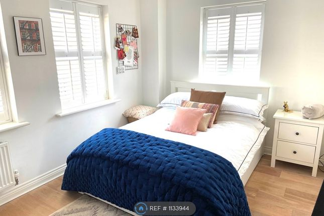 Room to rent in Renwick Drive, Bromley BR2