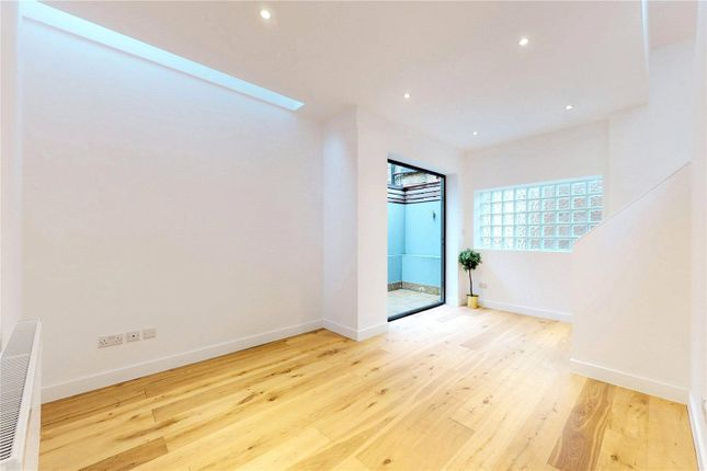 Living Room of Slindon Court, Stoke Newington High Street, London N16