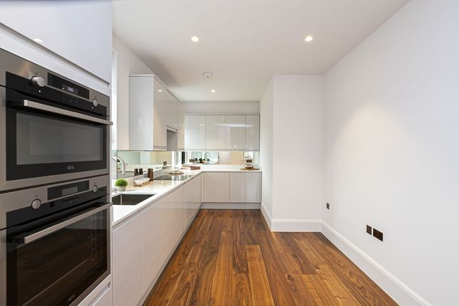 Thumbnail Flat for sale in Connaught Avenue, Loughton