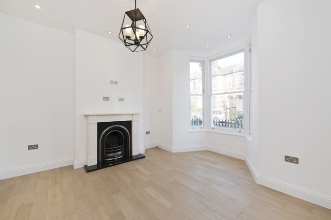 Living Room of Brewster Gardens, London W10