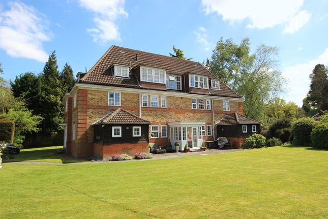 Thumbnail Flat for sale in Deans Lane, Walton On The Hill, Tadworth