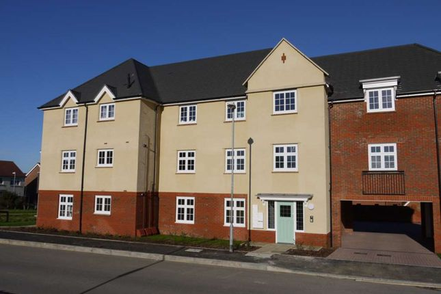 Thumbnail Flat to rent in Falcon Way, Bracknell