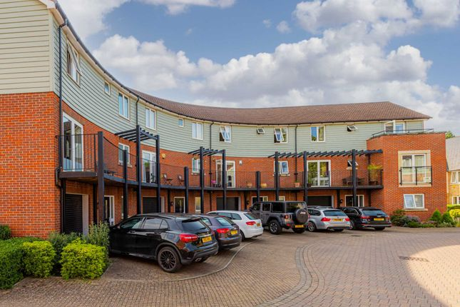 5 bed town house to rent in Redwood Drive, Epsom KT19