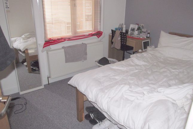 Thumbnail Terraced house to rent in Clarendon Road, Reading