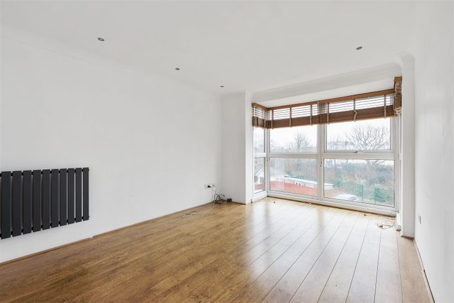 2 bed flat to rent in Hollybush Hill, London E11