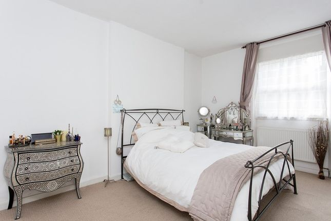 Thumbnail Flat to rent in Leamington Park, London