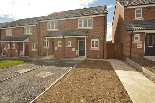 Thumbnail Town house to rent in Kinross Way, Hinckley, Leicestershire