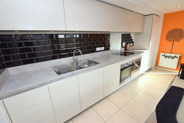 Lounge/Kitchen(L-Shape):
