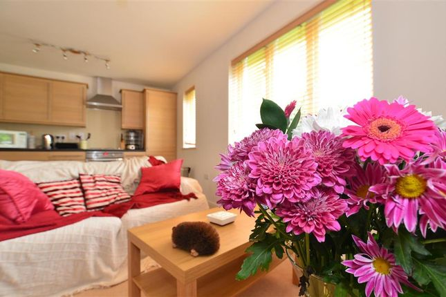 2 bed flat for sale in Crawley Road, Horsham, West Sussex