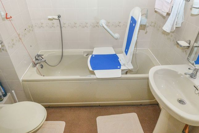 Bathroom of Collingwood Court, Royston SG8