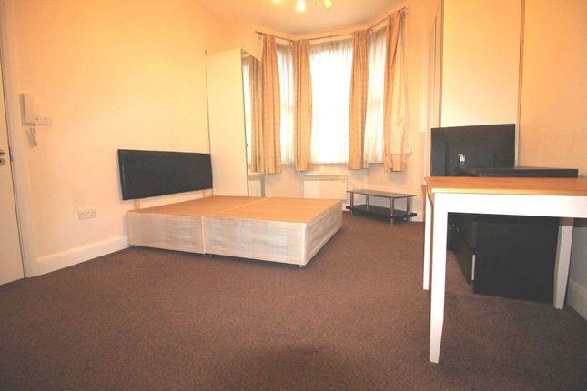 Thumbnail Studio to rent in Newton Avenue, Acton, Chiswick Borders