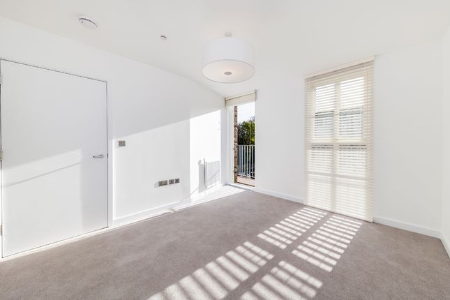 3 bedroom town house for sale in Mcgrath Road, Stratford, London